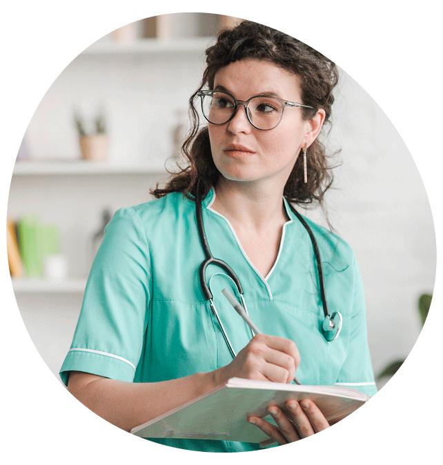 Infirmière en blouse verte - Equipage soins à domicile à Charleroi